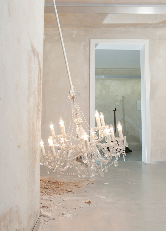 swinging chandelier, mixed media 2010  (Foto: Andreas Körner)