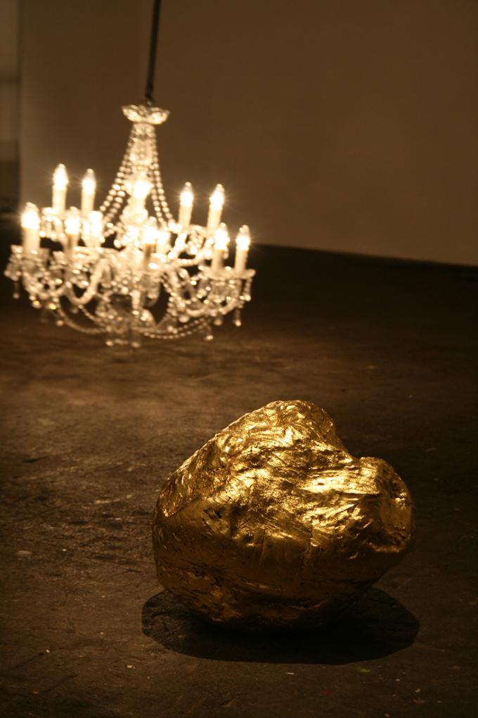 big luck nugget, Manganton vergoldet mit 23,5 Karat Blattgold (Foto: Roger Timmermann)