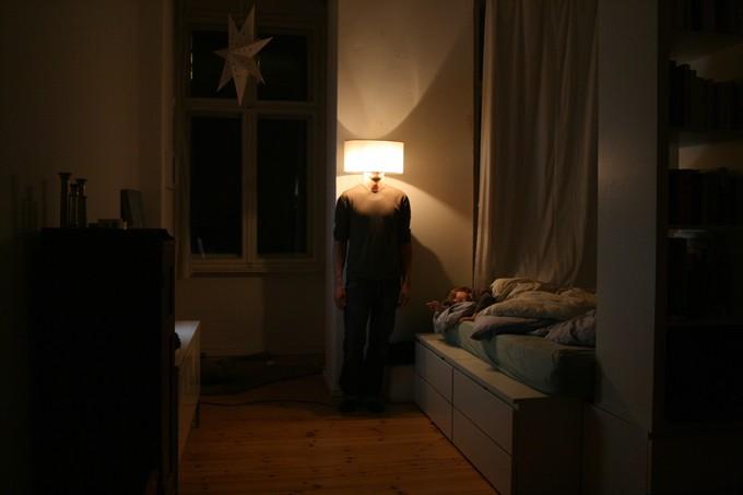 Der Künstler als Stehlampe. 2013 (Foto: Jason Martinez)
