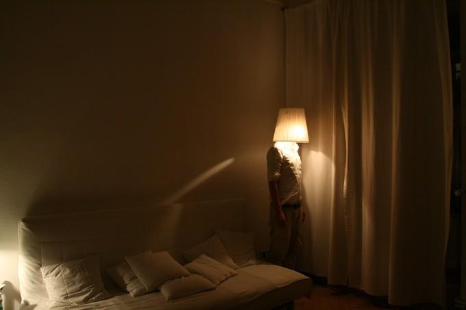 Der Künstler als Stehlampe. 2013 (Foto: Thomas Stüssi)