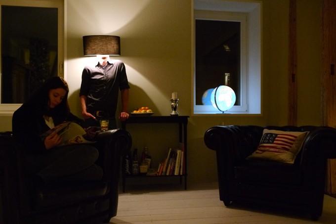 Der Künstler als Stehlampe. 2013 (Foto: Lina Faller)